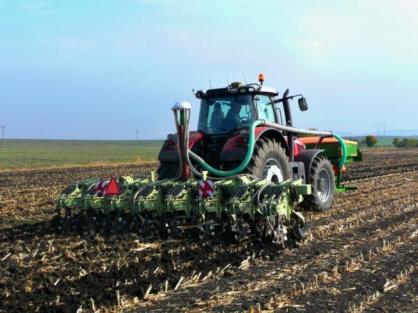 """technologie pěstování kukuřice, slunečnice ařepky do pásů strojem strip-till Orthman """"1tRIPr""""."""