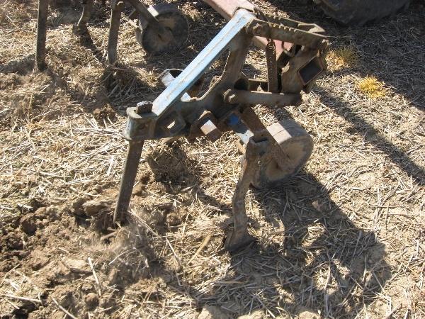 Obr. 2: Kypření řádků ošířce 0,3 m pro výsev kukuřice (foto Brant)
