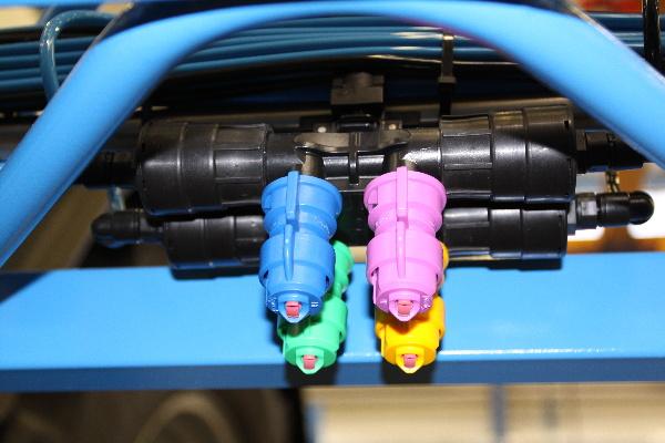SELEJET přepíná za jízdy 2,3 nebo 4 velikosti trysek tak, aby byl při různé rychlosti zachovaný stálý tlak na trysce