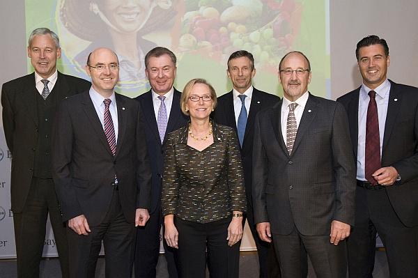 Členové vedení společnosti Bayer CropScience zleva doprava: Lykele van der Broek (provozní ředitel), Michael Schulz (finanční ředitel), Rüdiger Scheitza (ředitel strategického aobchodního plánování), Sandra Peterson (výkonná ředitelka společnosti), Achim Noack (ředitel dodávek produktů), David Nicholson (vedoucí výzkumu avývoje), Steffen Kurzawa (Vedoucí oddělení komunikace).